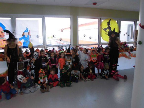 Los niños de 3 años posan junto a las calabazas