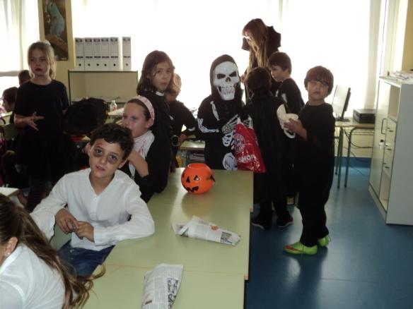 Los alumnos de 3º visitando a los de 5º.