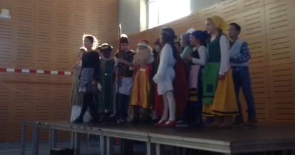 Los de 4º interpretaron una obra de teatro navideña