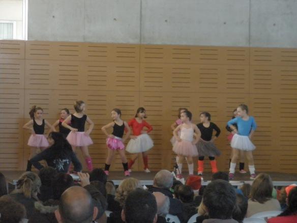 El grupo de danza de Primaria en plena actuación.